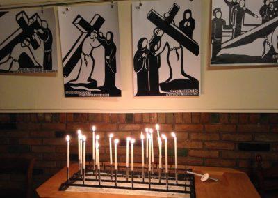 Aangestoken kaarsjes bij de gebeden in de stilteviering