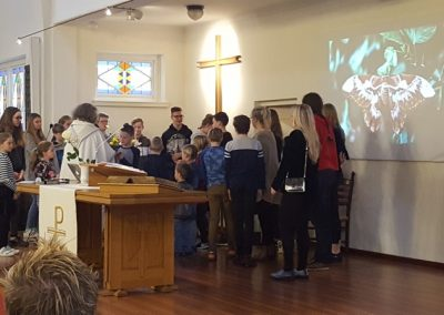 De kinderen en jongeren komen naar voren op Paasmorgen
