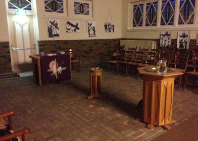 De kring staat klaar voor de paasnachtwake in een hoek van de kerk