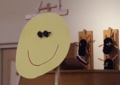 De smiley met donkere bril verbeeldt de donkere kant van Palmpasen