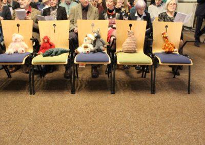 Vijf lege stoelen staan symbool voor het Armeense gezin Tamrazyan dat in de Bethelkapel in Den Haag verblijft