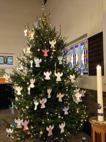 de kerstboom vol met engelen
