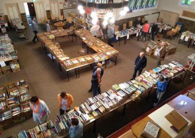 De boekenmarkt wordt 's ochtends vroeg klaargezet