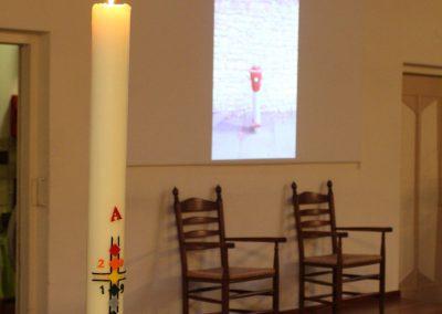 In de kerk was er een powerpointpresentatie van muren gefotografeerd door Bleekers